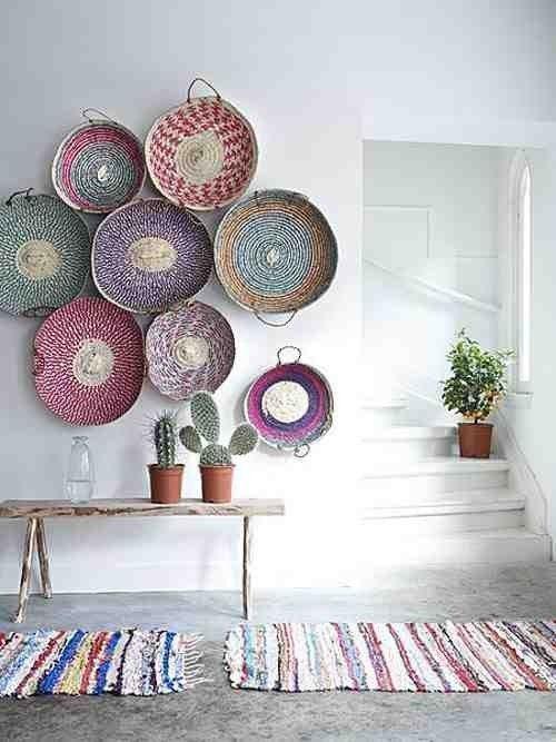 Decorar con cestas y alfombras