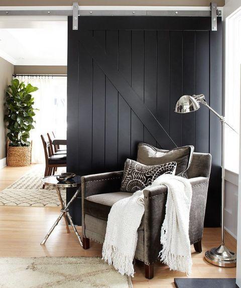 decoración puerta granero en negro